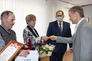 Вручение знаков «Совет да любовь» супружеским парам Октябрьского района